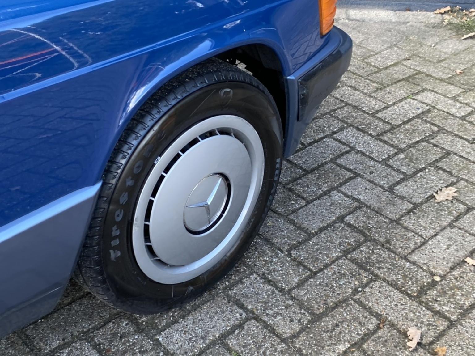 Mercedes-Benz-190-27
