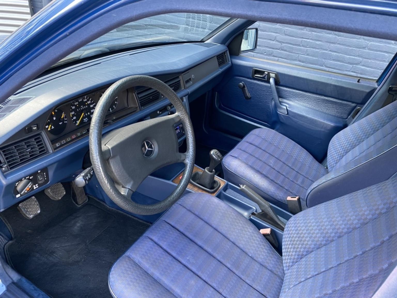Mercedes-Benz-190-32